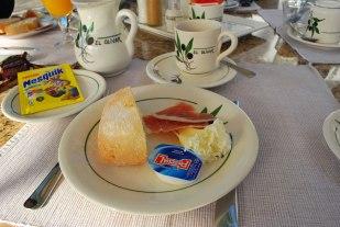 spaanse ham en manchego in gepersonaliseerd servies en zelfs stoffen servetten