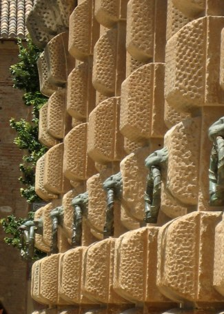 de reusachtige muurfacetten van palacio Carlos V