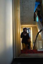de smalle traphal van het oude herenhuis