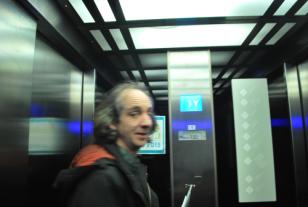 zelfs in de lift vinden we het modernistische lijnenspel terug