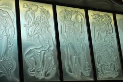 allegorische voorstellingen van de ontwikkeling van telefonie en telegrafie in gezandstraald glas