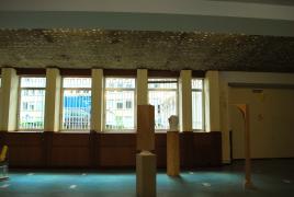 sculpturen in het oude kantoorgebouw