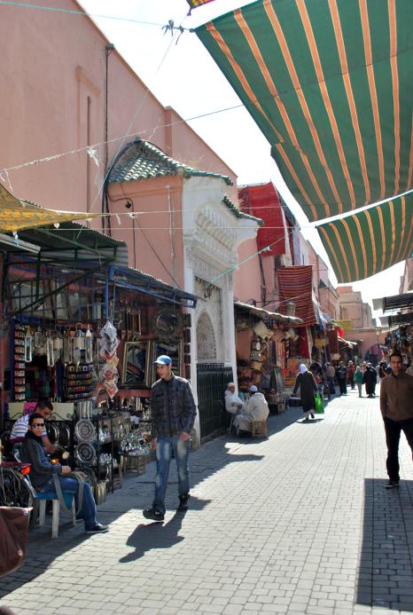 Bijna bij Djemaa-el-Fna, de straten worden breder