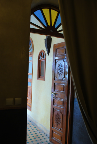 kamers met ramen en deuren die uitkijken op de binnenplaats, blinde muren aan de buitenkant