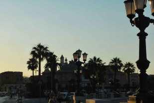 terwijl de zon zakt over het oude Bari