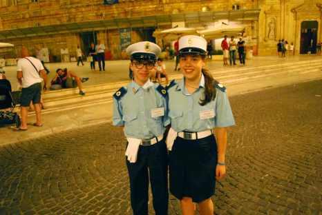 proefproject van de politie: tot 22u ondersteunen deze kinderen de plaatselijke politie (wij dachten eerst dat het Carnaval was!)