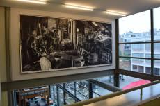 Rinus Van de Velde tekent Henri van de Velde in het door hem ontworpen gebouw