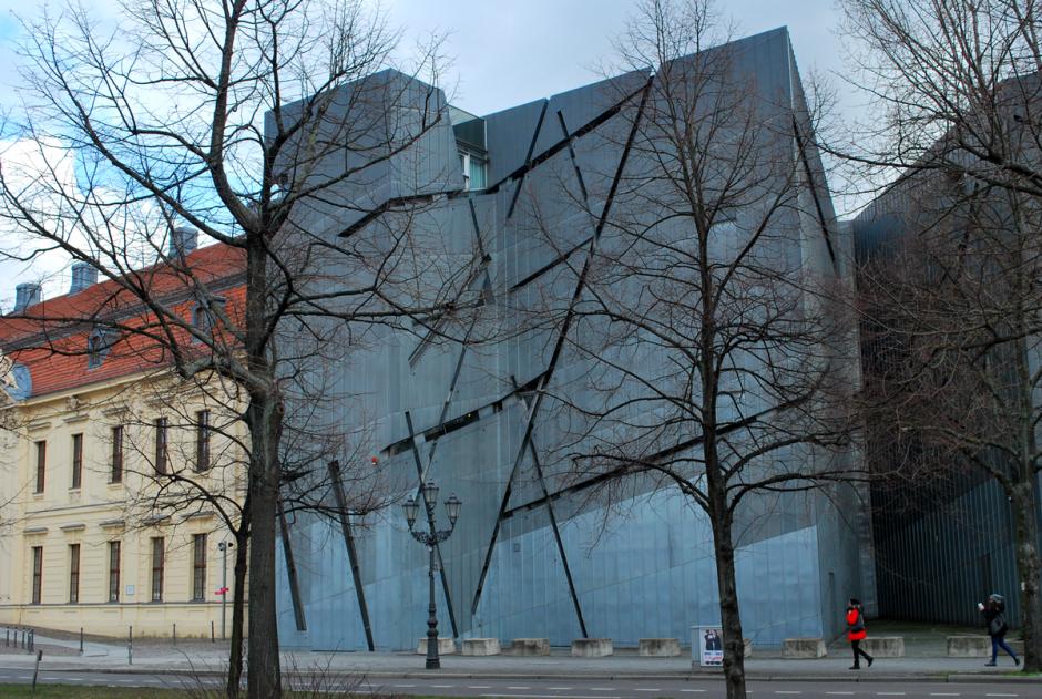 links het museum van de Duitse geschiedenis, met rechts ertegenaan het Joods museum