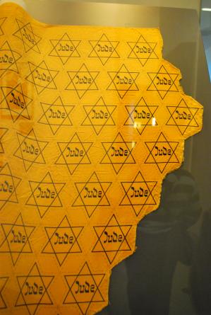 de stof die de Duitse vlaggenfabrikant gebruikte, Joden moesten 0.25 Pfennig betalen voor de verplichte Jodenster