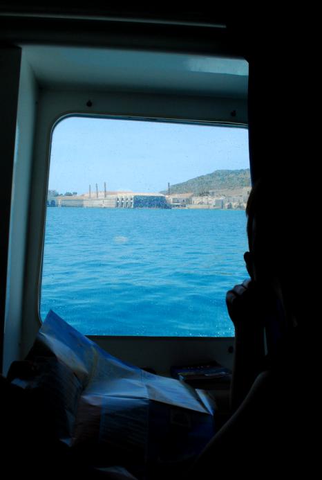 het silhouet van de tonijnverwerkingsfabrieken