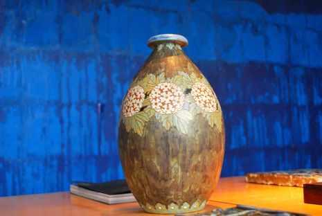 vaas uit de collectie van de Bogossioanstichting en de carbonpapiermuur van Latifa Echakchc